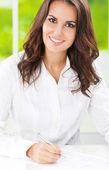 Mladý usmívající se podnikatelka pracující v kanceláři — Stock fotografie