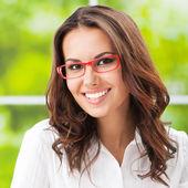 Junge lächelnd fröhlich geschäftsfrau im büro — Stockfoto