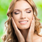 Mujer feliz sonriente con el pelo largo, al aire libre — Foto de Stock