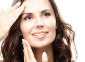 Kobieta dotyka skóry lub nałożeniem kremu, na białym tle — Zdjęcie stockowe
