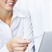Jovem empresária trabalhando com laptop — Fotografia Stock
