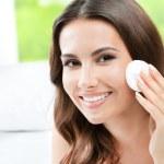 pulizia della pelle di un batuffolo di cotone, a casa di donna — Foto Stock
