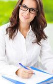 Jeune femme souriante au bureau — Photo