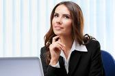 Tänkande affärskvinna arbetar med laptop — Stockfoto
