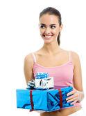 Unga leende kvinna med gåva, isolerade — Stockfoto