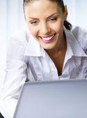 Mladá podnikatelka pracovat s notebookem — Stock fotografie