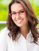 在办公室的年轻微笑开朗女商人 — 图库照片