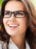 在办公室的年轻快乐微笑女商人 — 图库照片