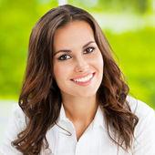 Jeune femme d'affaires gai sourire au bureau — Photo