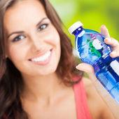 Jovem mulher com água, ao ar livre — Foto Stock
