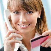 Imprenditrice con telefono e carta di credito — Foto Stock