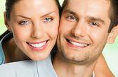 Jonge gelukkig lachend aantrekkelijke paar, buitenshuis — Stockfoto