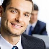 Spokojený úsměv mladý podnikatel v kanceláři — Stock fotografie