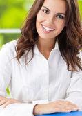 Ofiste genç gülümseyen neşeli iş kadını — Stok fotoğraf