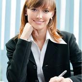 Femme d'affaires avec le document de travail au bureau — Photo