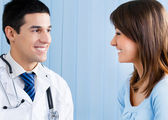 Retrato de médico e paciente do sexo feminino a sorrir — Foto Stock