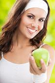 Kobieta w fitness nosić z apple, na zewnątrz — Zdjęcie stockowe
