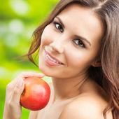 Mladá žena s červenými jablky, venku — Stock fotografie