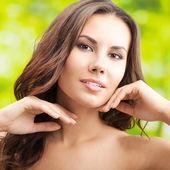 长头发,户外的幸福微笑女人 — 图库照片