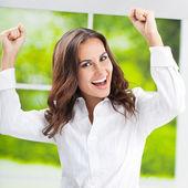 Szczęśliwy, gestykulacji, uśmiechnięta młoda kobieta — Zdjęcie stockowe