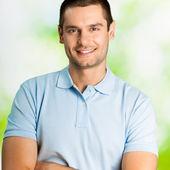 Retrato de hombre joven feliz, al aire libre — Foto de Stock