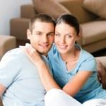 молодой, счастливый, улыбается привлекательные пара дома — Стоковое фото