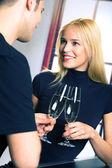 Junge attraktive glücklich lächelnd paar feiert mit champagner — Stockfoto