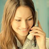 Jeune médecin sur téléphone, au bureau — Photo