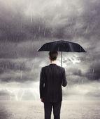 Uomo con ombrello — Foto Stock