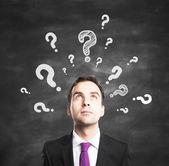 Uomo d'affari con le domande — Foto Stock