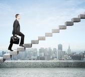 шагая вверх по лестнице — Стоковое фото