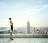 žena na střeše — Stock fotografie