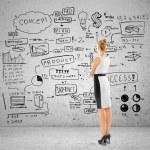 žena při pohledu na podnikatelský záměr — Stock fotografie