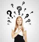 Fråga markera över huvudet — Stockfoto