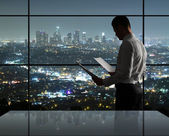 Adam gece ofiste — Stok fotoğraf