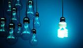 Glödlampor på blå — Stockfoto
