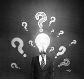 Mannen met vraag en lamp — Stockfoto