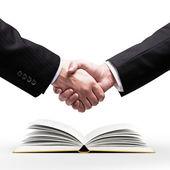 Handslag och bok — Stockfoto