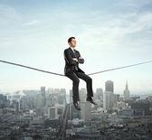 Homme assis sur la corde — Photo