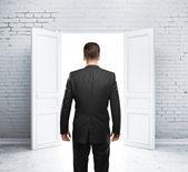 男人和打开的门 — 图库照片