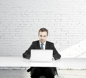 Homme assis à une table — Photo