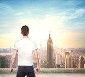 Garçon regardant la ville — Photo