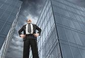 Mann und bürogebäude — Stockfoto