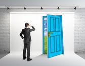 Человек, глядя на рисунок дверь — Стоковое фото
