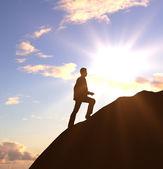 Hombre caminando sobre roca — Foto de Stock