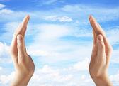 Manos sosteniendo el cielo — Foto de Stock