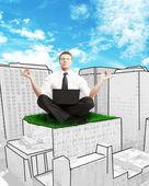 бизнесмен, сидя на небоскреб — Стоковое фото