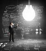 Biznesmen włącza światła — Zdjęcie stockowe