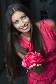 Krásná mladá žena s růží — Stock fotografie