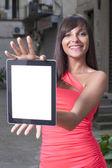 Mujer sonriente usando tableta digital — Foto de Stock